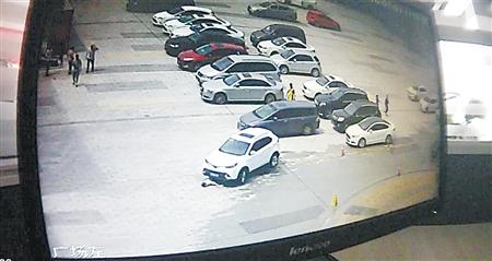 母子俩被卷入车底 渝北警方供图