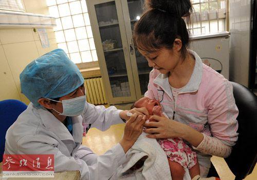 资料图片:2013年7月26日,一位新生儿在北京朝阳区妇幼保健院接种乙肝疫苗。新华社记者 何俊昌 摄