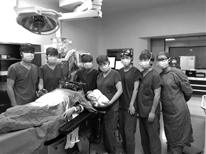 在医院众多专家共同努力下,61岁高龄产妇顺利产下一男婴 通讯员供图