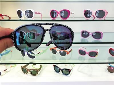 问题二 容易诱发 儿童近视 市场上销售的儿童太阳镜种类繁多,但鱼龙混杂。
