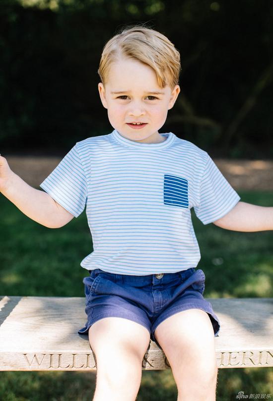 乔治小王子坐在秋千上