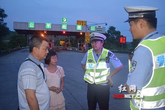 高速交警将女孩安全交给其父亲