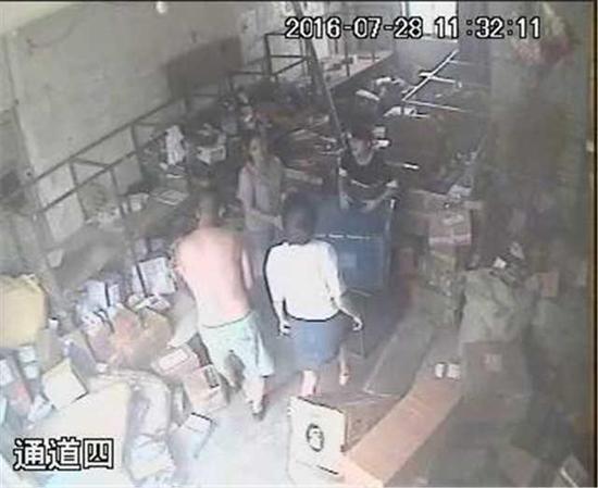 视频显示白衣女子踢到了分拣筐。
