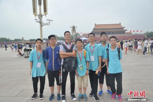 图为从浙江宁波来北京旅游的初中生。吕春荣 摄