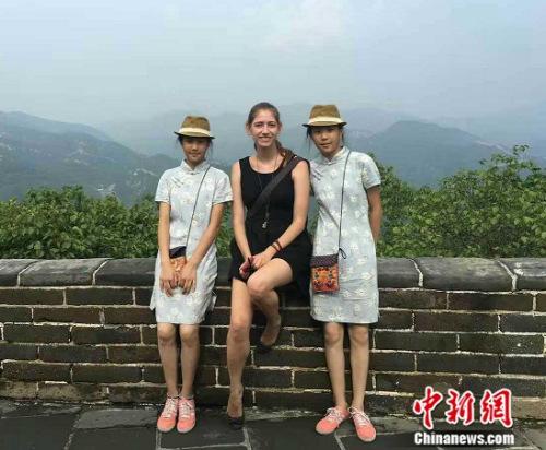 图为专门从广西南宁来北京旅游的初中生双胞胎。吕春荣 摄