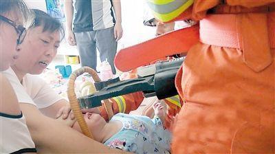 消防官兵用液压扩张器救人