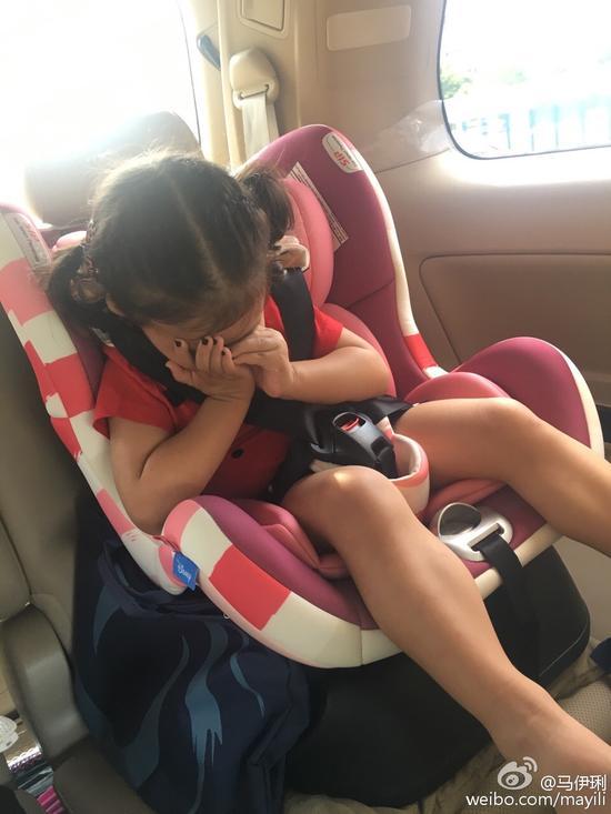 马伊琍送小女儿上幼儿园
