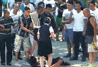 家属与医院保安起冲突时有人倒地。视频截图