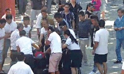 家属和医院保安在现场发生推搡。