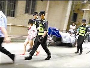 当事女子被警方带走调查。 市民视频截图