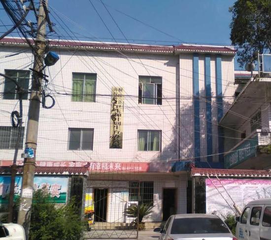 铁门内一层为吕女士接受上环手术的地方,楼上的金色牌子是桐梓县海校卫生与计划生育办公室。