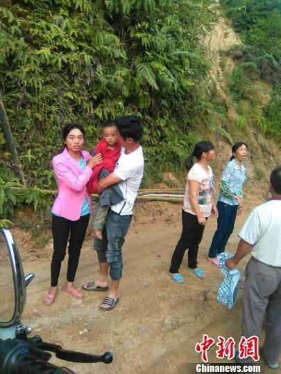 图为找到小云凯时,父母亲紧紧地抱着小云凯喜极而泣。 王发祥 摄