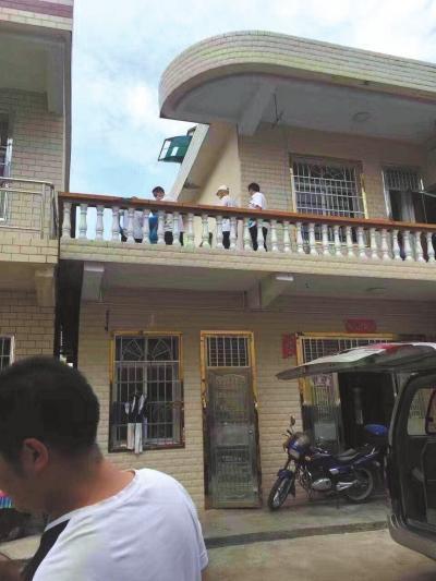 警方在嫌疑人邻居家二楼露台上发现女孩尸体。 家属供图