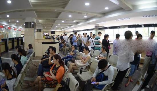 广州路房产交易登记中心内,一大早赶来的交易者。