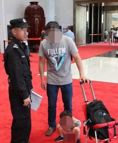 """杭州国际博览中心红地毯上,一个小男孩蹲下就开始""""嘘嘘"""""""