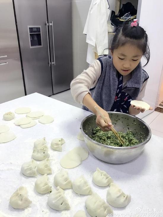 张艺谋女儿包饺子