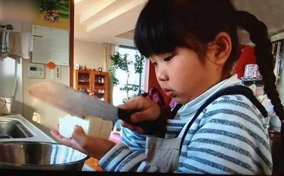 母亲逼4岁女儿每天做饭 感动无数人