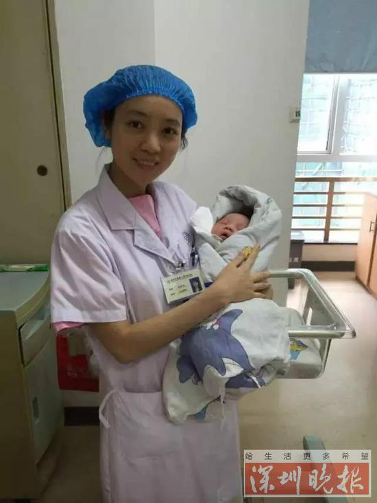 医生抱着坚强的宝宝放下了担忧和顾虑。