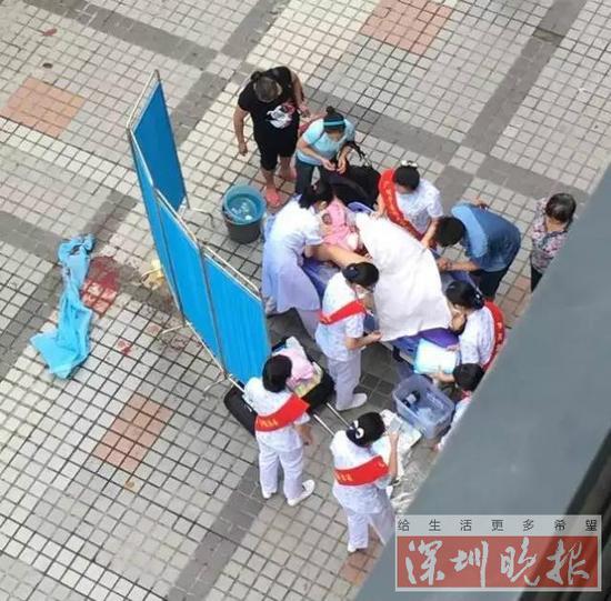 医护人员在医院门口搭建临时手术间及时施救。