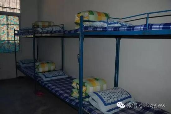 喜德县且拖小学寄宿制学生寝室(摄于2015年)