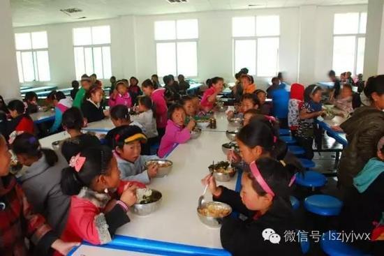 盐源县农村学校学生食堂(摄于2015年)