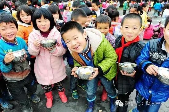 雷波县农村学校孩子吃着可口的午餐(摄于2014年)