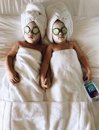 双胞胎姐妹模仿名人庆万圣节