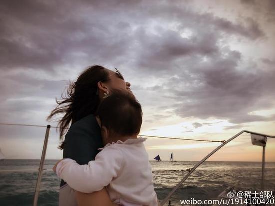 章子怡抱女儿