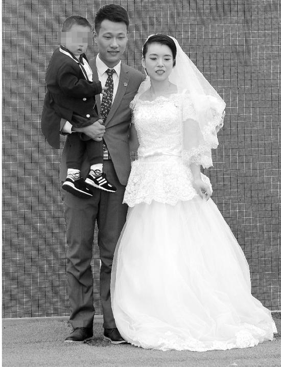 """一家人穿着礼服在""""婚礼""""现场。"""