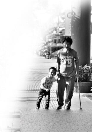 走路时,浩浩一步都不愿离开父亲