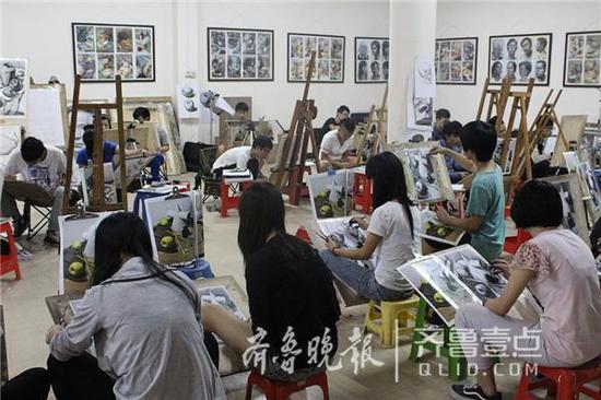 不少艺术院校的老师也是各类艺考培训班争相聘用兼职的常客。(资料片)