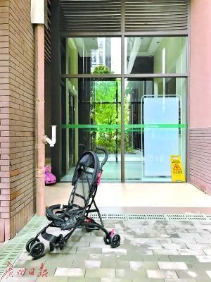昨日,被砸损毁严重的婴儿车依然遗留在事发现场。