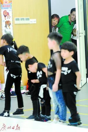童模在训练,家长在偷看。