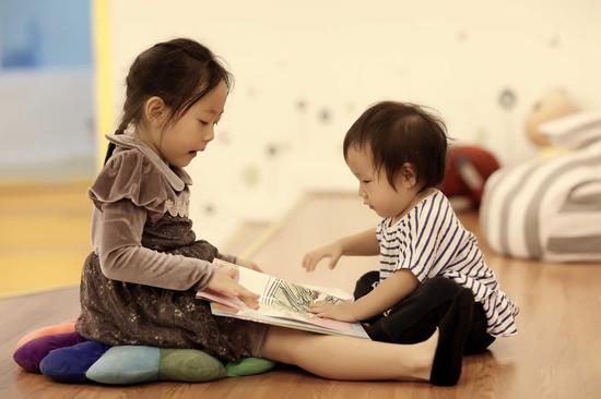 """陈先生两个宝宝仔仔和娃娃在欧拉""""国王的演讲""""教室读绘本"""