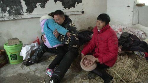 死者的婆婆和丈夫与8岁女儿