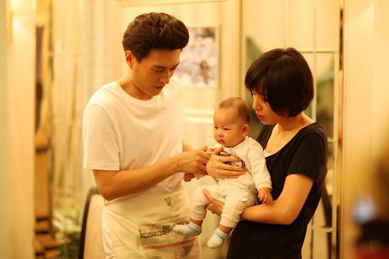 靳东一家三口-靳东两岁儿子正面照 睫毛长的要逆天