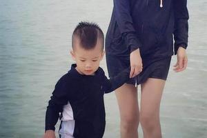 侯佩岑牵儿子海边戏水 纤细美腿瞩目
