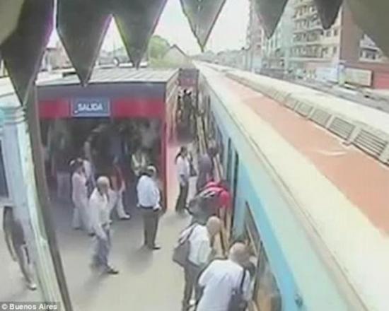 当火车停稳后,其他的乘客都赶来查看孩子的状况。