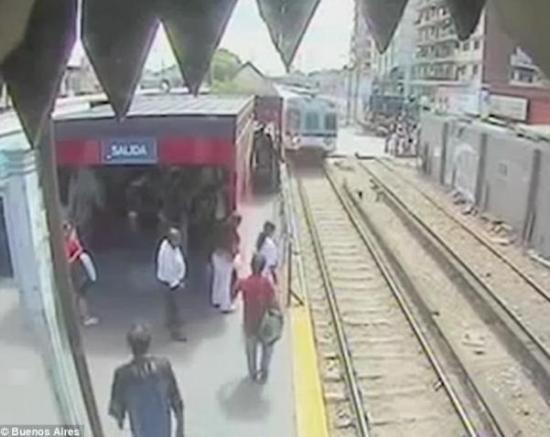 当意识到火车就要进站时,这名母亲很快起身回到了安全地带,但是已经来不及将女儿从铁轨上拉上站台了。
