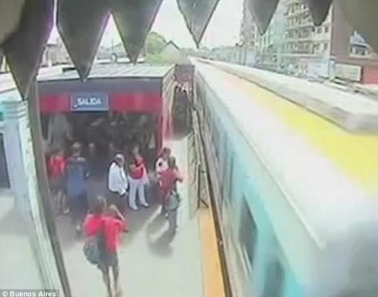 火车开过了站台,站台的边缘和火车只有几英寸(一英寸等于2.54厘米)的距离,很多人都认为悲剧就这样发生了。