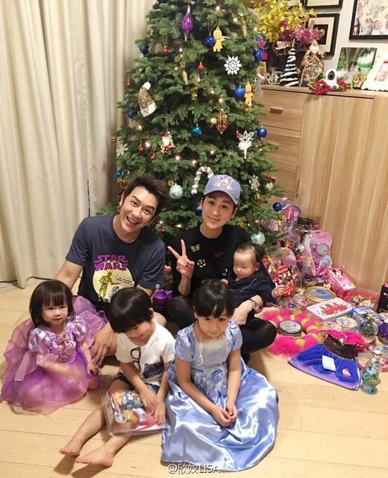 陈浩民一家布置圣诞树 四个孩子坐一地