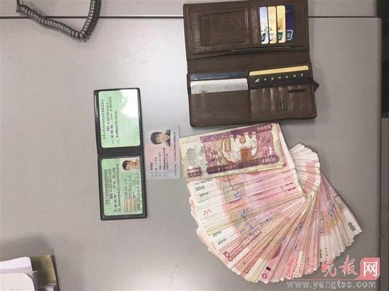 小学生捡到8000元现金 让妈妈交给警察叔叔寻失主