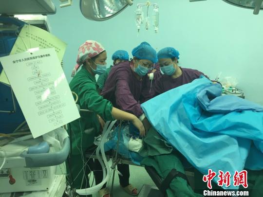 图为昆明市延安医院主任医师在安宁市人民医院手术室抢救病人 安宁市人民医院供图