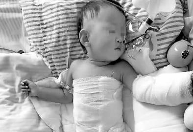 躺在重症监护室里的孩子 家长供图