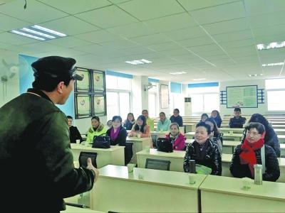 家长课堂观众席上,除了一位男性工作人员,其他全是妈妈。记者翟兰兰 摄