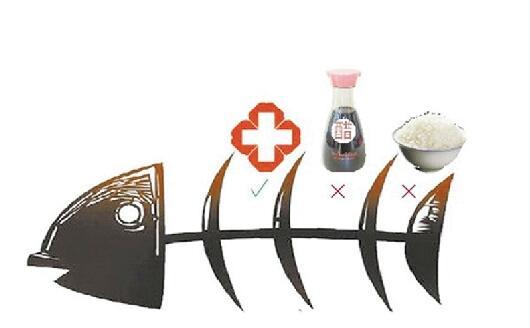 吞米饭or喝醋?鱼刺卡喉的正确处理方式