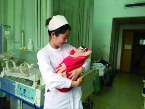 护士抱着手术后的小丫 医院供图