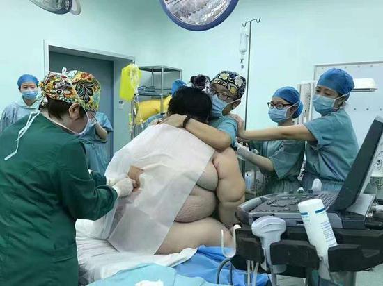 12月13日中午11时59分,湖南省人民医院实施了一例特殊的剖宫产手术——
