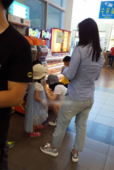 此前,有网友偶遇李英爱带着龙凤胎儿女出门逛街