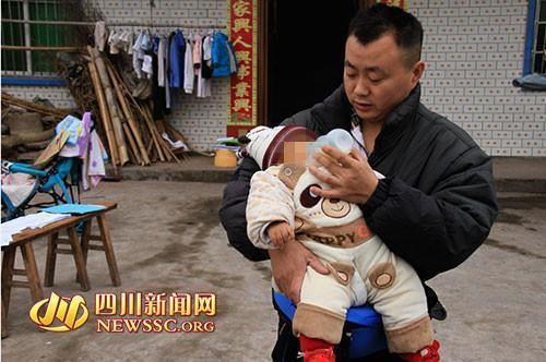 父亲张金洪喂豪豪喝奶